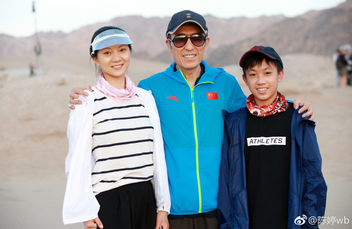 Vợ và con trai tới phim trường thăm Trương Nghệ Mưu.