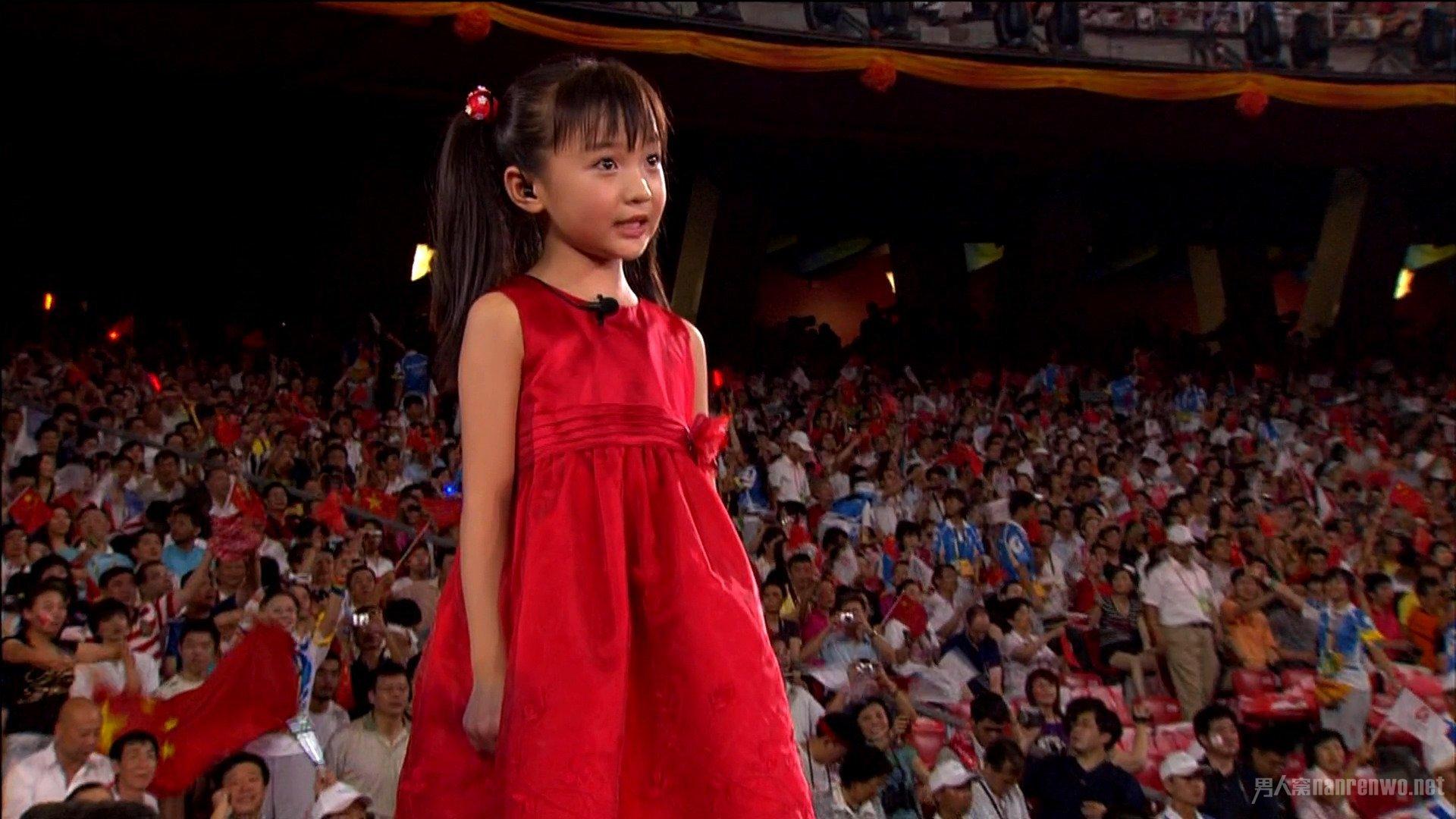 """Năm nay vừa tròn kỷ niệm 10 năm Trung Quốc đăng cai Olympic Bắc Kinh. Scandal hát nhép của sao nhí Lâm Diệu Khả năm đó một lần nữa bị """"đào xới"""". Đảm nhận vai trò tổng đạo diễn lễ khai mạc, Trương Nghệ Mưu lần đầu lên tiếng nhận mọi trách nhiệm: """"10 năm qua tôi luôn áy náy vì bắt mọi người phải chịu điều tiếng. Vốn dĩ chúng tôi đã chọnDươngBối Nghi biểu diễn, nhưng ekip truyền hình trực tiếp quốc tế lại thích ngoại hình của Lâm Diệu Khả hơn. Chúng tôi đành lựa chọn phương án đểDươngBối Nghi hát nhép cho Lâm Diệu Khả từ cánh gà. Giá kể tôi kiên quyết hơn, chuyện đáng tiếc này đã không xảy ra""""."""