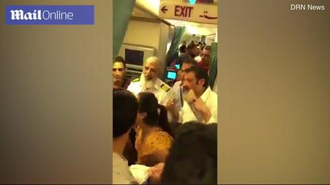 Bà mẹ cầu xin tiếp viên mở cửa máy bay vì con sắp chết ngạt
