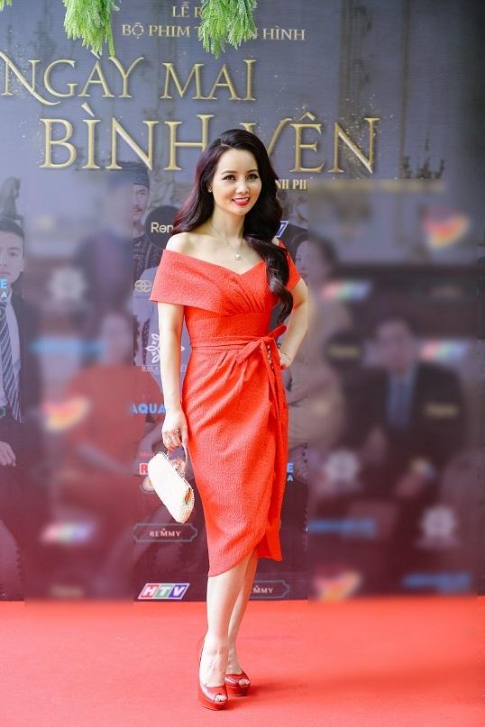Mai Thu Huyềnnổi bật với bộ váy đỏ trễ vai tại sự kiện. Trong phim, nữ diễn viên vào vai bà Kim – Một phụ nữ nham hiểm, độc ác gây nên nhiều mâu thuẫn trong quan hệ giữa các nhân vật. Đây cũng là vai phản diện đầu tiên trong sự nghiệp diễn xuất của cô suốt nhiều năm nay.