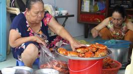 Bí quyết bán 30 kg cua trong 10 phút của bà Ba Cua ở hẻm nhỏ Sài Gòn