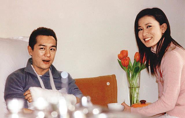 """Trái với sự nghiệp thăng hoa, đường tình duyên của Xa Thi Mạn rất lận đận. Cô từng bị cho là một trong những sao nữ thị phi nhất showbiz Hong Kong, vướng vào tin đồn tình cảm với nhiều bạn diễn nam, thậm chí vung tiền bao diễn viên đàn em Ngô Trác Hy. Mối tình duy nhất Xa Thi Mạn từng thừa nhận là với Trần Hạo Dân - bạn diễn trong phim """"Bay cùng em"""". Cặp đôi công khai hẹn hò năm 2002, từng trải qua những tháng ngày mật ngọt nhưng sau cùng vẫn là đường ai nấy đi."""