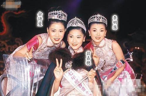 """Xa Thi Mạn (ngoài cùng bên trái) xuất thân là Á hậu 2 cuộc thi Hoa hậu Hong Kong 1997. Danh hiệu này giúp cô thuận lợi bước chân vào giới giải trí, được giao vai chính ngay lần đầu tiên đóng phim """"Tuyết sơn phi hồ"""". Dù vậy, cô không được lòng công chúng, bị gán mác """"bình hoa di động"""" vì diễn xuất non nớt, thiếu cảm xúc, giọng thoại yếu."""