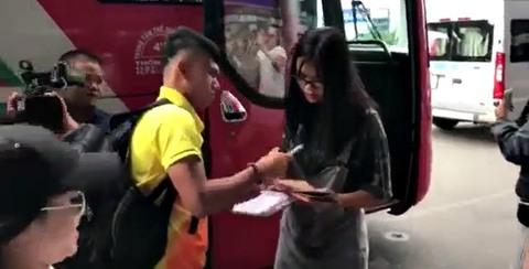 Video U23 Việt Nam bị quây ở sân bay