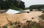 Lũ quét bất ngờ khiến hàng chục mái nhà 'biến mất' ở Kon Tum