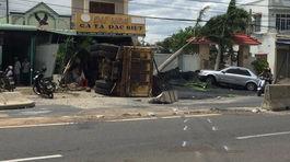 Xe chở titan lao vào nhà dân, gây tai nạn kinh hoàng ở Bình Thuận
