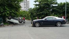Rolls-Royce triệu USD nát đầu đâm Honda CR-V ngửa bụng trên phố Hà Nội