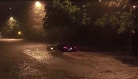 Lái xe qua chỗ ngập - Đừng là người tiên phong dũng cảm!