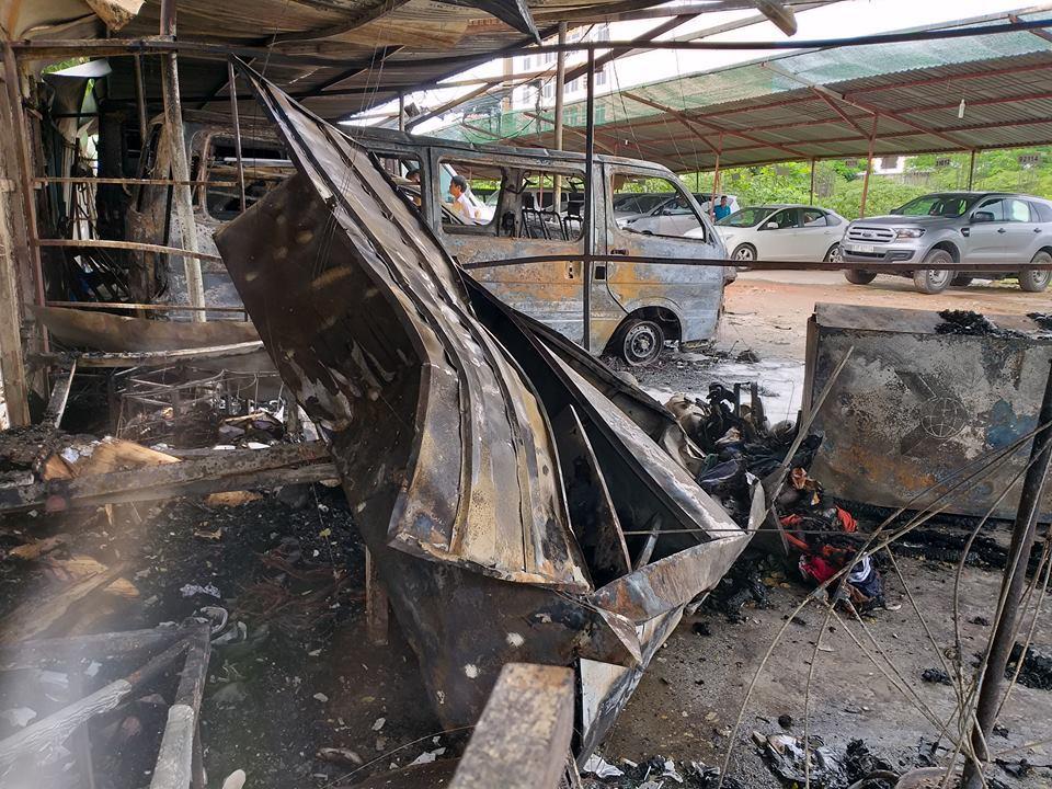 Cháy bãi giữ xe gần sân bay Tân Sơn Nhất, 3 ô tô bị thiêu rụi