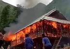 Nhà gỗ nghiến gần tỷ bị thiêu rụi, điếng người mất nhà đẹp dưỡng già