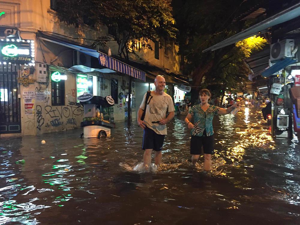 Hà Nội: Tối cuối tuần, phố Tây Tạ Hiện bì bõm trong nước