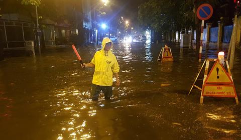 Tối cuối tuần phố Tây Tạ Hiện bì bõm trong nước