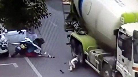 Pha thoát chết thần kỳ khi bị xe trộn bê-tông nghiến qua đầu