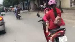 Nữ tài xế bế con phóng xe máy 60km/h vẫn thoải mái gác chân