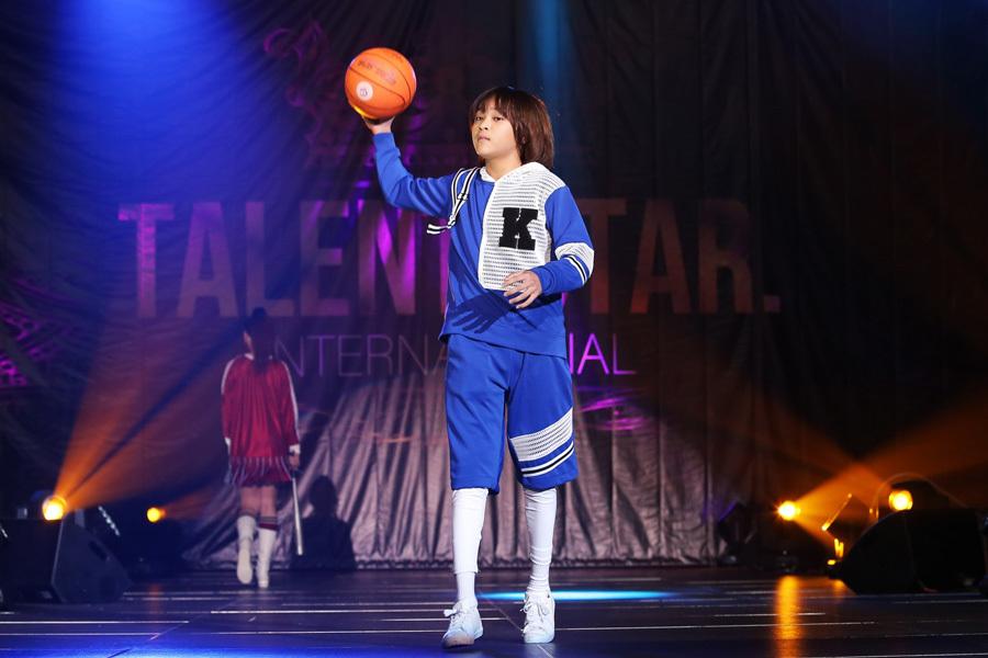 Quán quân Idol Kids Thiên Khôi vừa hát vừa chơi bóng rổ