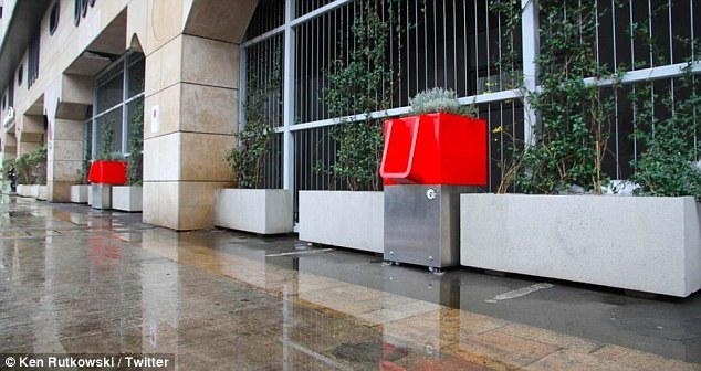 Bồn tiểu lộ thiên gây tranh cãi giữa thủ đô Paris