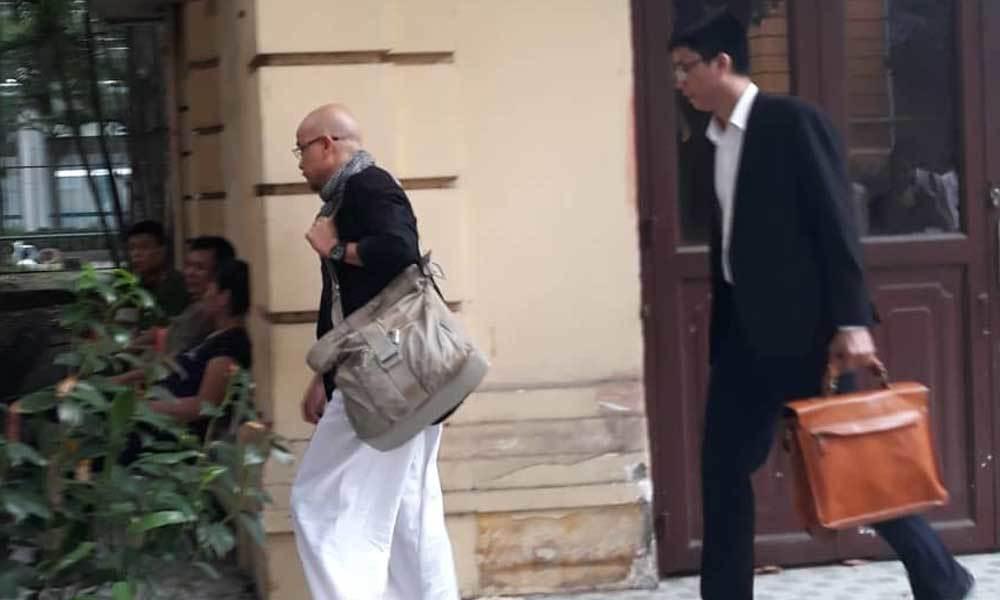 Đặng Lê Nguyên Vũ cười khi đến tòa ly hôn vợ