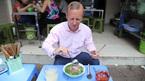 Tân Đại sứ Anh mê mẩn phở bò vỉa hè HN với tương ớt, dấm tỏi