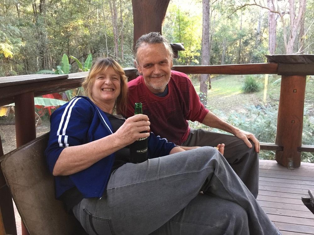 Cặp đôi bỏ phố thị vào sống giữa rừng sâu để tìm sự bình yên