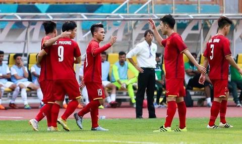 U23 Việt Nam ăn mừng với CĐV sau trận thắng Pakistan