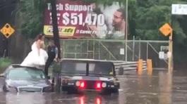 Xem giải cứu cô dâu khỏi xe hoa ngập nước