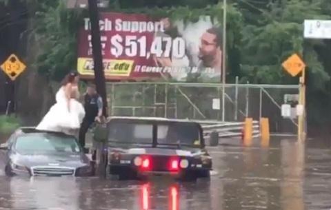 cô dâu chú rể được giải cứu khỏi xe hoa ngập nước