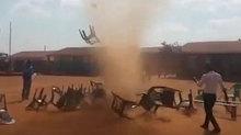 Lốc bụi ma quái hoành hành châu Phi