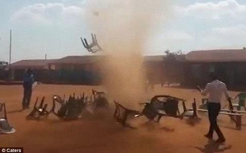 Lốc bụi ma quái hoành hành ở châu Phi