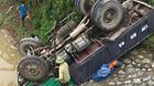 Xe tải lao xuống bờ kè ngửa bụng, 2 người chết thảm