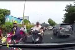 Đi ngược chiều, người đàn ông còn ngang nhiên chặn đầu ô tô thách thức
