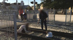 Bà mẹ bị 'ném đá' vì đặt con giữa đường ray tàu hỏa để chụp ảnh
