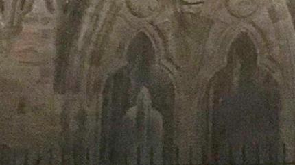 Nữ du khách tuyên bố đã chụp được ảnh hồn ma trong tàn tích cổ