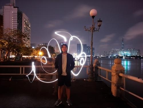 Light Graffiti 'bừng sáng' qua camera khẩu độ kép