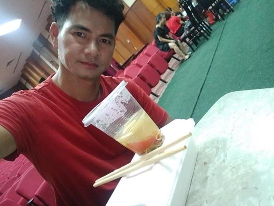 Chồng Bảo Thanh vừa rửa bát vừa xem bóng đá