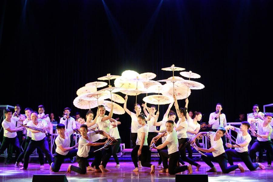 Hoa hậu H'Hen Niê, Đỗ Mỹ Linh xuất hiện tại Liên hoan Ca Múa Nhạc