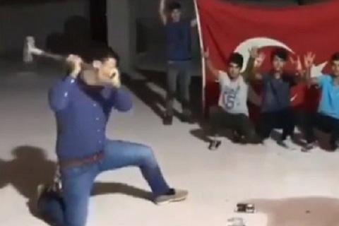Người dân Thổ Nhĩ Kỳ dùng búa đập nát iPhone