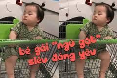 """Bé gái """"ngủ gật"""" khi đi siêu thị làm người xem tan chảy"""