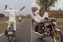 Ông già đi xe máy thả tay, đứng lên nhảy múa