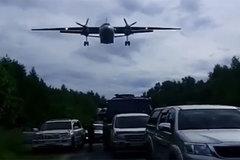 Xem chiến cơ Nga hạ cánh giữa đường đông nghịt xe