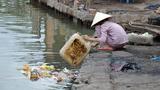 Người phụ nữ đổ rác thẳng ra biển gây phẫn nộ