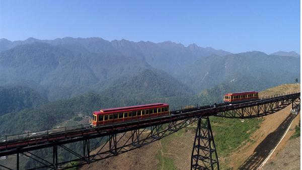 Ngồi tàu hỏa leo núi Fansipan chỉ 50.000 đồng