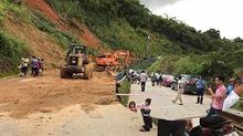 Dốc Chó sạt lở trầm trọng, quốc lộ 7A cô lập hoàn toàn