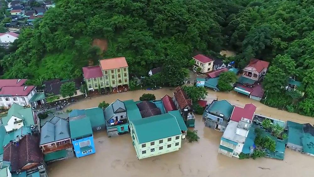 Nước lũ cuồn cuộn chực 'nuốt' nhà chênh vênh bên sông