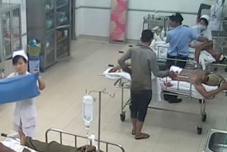 Nữ điều dưỡng bị đâm khi đang cấp cứu người tai nạn
