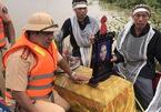 Nước ngập nhà, cụ bà được đưa tang bằng ca nô cảnh sát