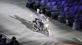 Lễ khai mạc Asiad 18: Tổng thống Indonesia lái môtô đến sân