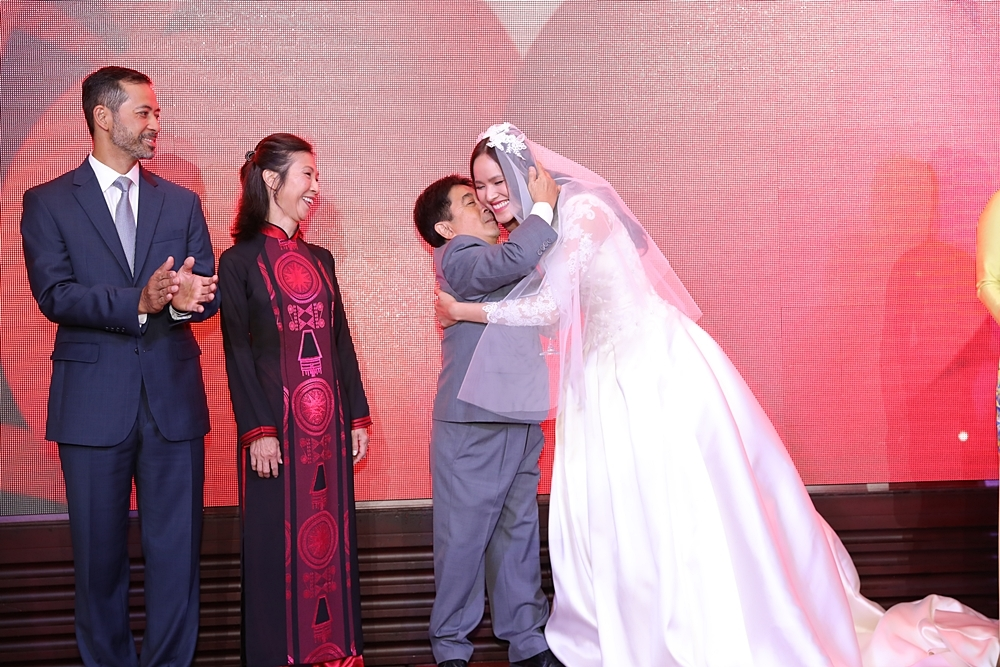 Chân dài Tuyết Lan hôn chồng doanh nhân say đắm trong đám cưới