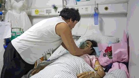 Chàng trai Trung Quốc cầu hôn bạn gái trong bệnh viện trước khi cô qua đời