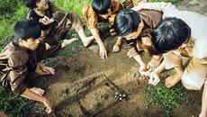 Tuổi thơ dữ dội với trò đu cây không thể mạo hiểm hơn