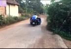 'Siêu xe 3 bánh' tự chế chạy bon bon trên đường làng